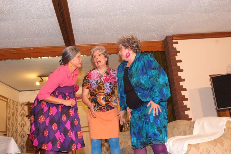 Neues Outfit Lusise, Maria und Mathilde diskutieren.JPG